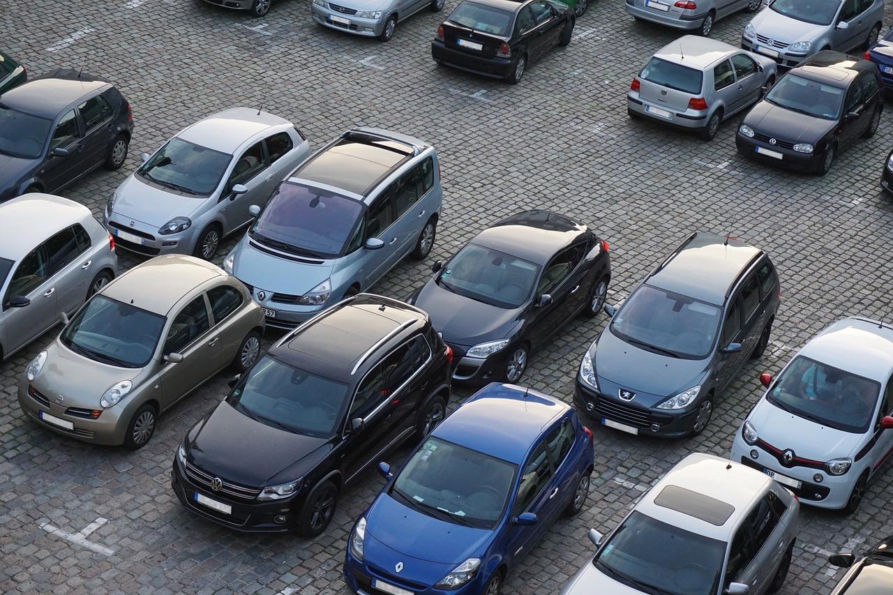 Quelle:  https://pixabay.com/de/parkplatz-autos-fahrzeuge-verkehr-825371/