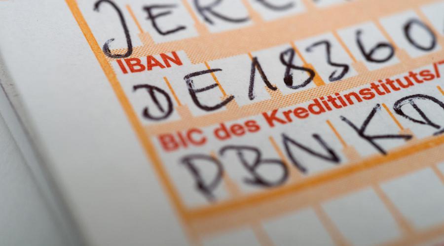Quelle:  https://www.nordkurier.de/mecklenburgische-schweiz/bankmitarbeiter-decken-betrug-bei-ueberweisungen-auf-0734505202.html#!kalooga-15115/~Betrug%20~Banken%5E0.75%20~Polizei%5E0.56%20~Polizeiticker%5E0.42%20~Kriminalität%5E0.32