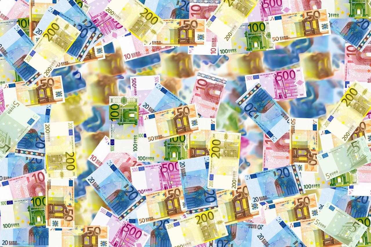 Quelle:  https://pixabay.com/de/photos/rechnungen-geld-euro-reichtum-496229/