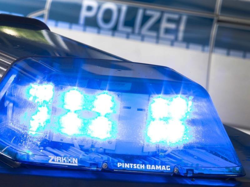 Quelle:    https://www.sol.de/blaulicht-saarland/Betrug-in-Kaiserslautern-24-Jaehriger-schliesst-zahlreiche-Vertraege-auf-den-Namen-seiner-Grossmutter-ab,350977
