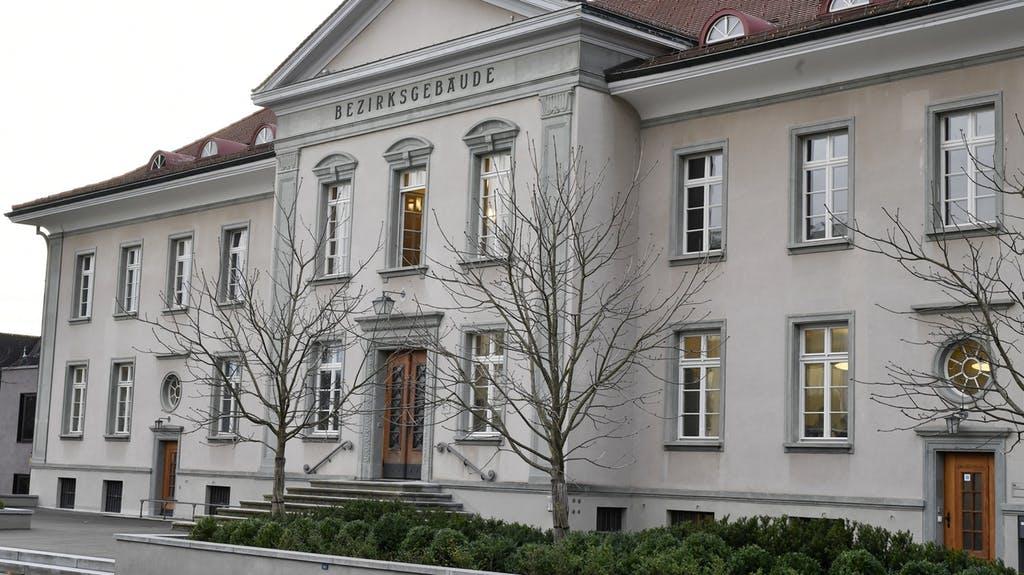 Quelle:   https://www.bluewin.ch/de/news/vermischtes/sozialhilfebetrug-so-prellte-ein-ehepaar-die-behoerden-277400.html